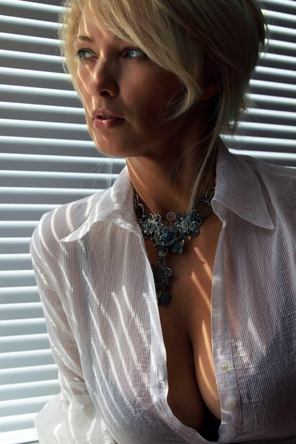 Frau im Tageslicht stockfotografie