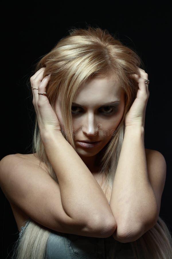 Download Frau im Tiefstand stockfoto. Bild von kopfschmerzen, einsamkeit - 27731068