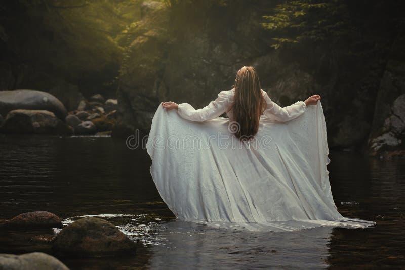 Frau im träumerischen Fluss stockfoto
