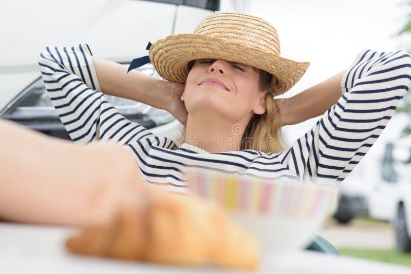 Frau im Urlaub, die au?erhalb des Campers sich entspannt stockfotos