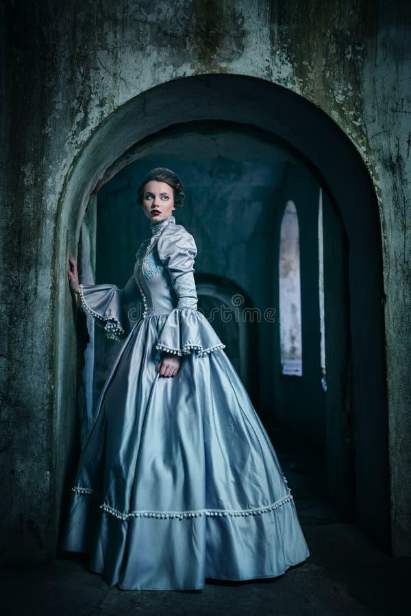 Frau im viktorianischen Kleid lizenzfreies stockfoto