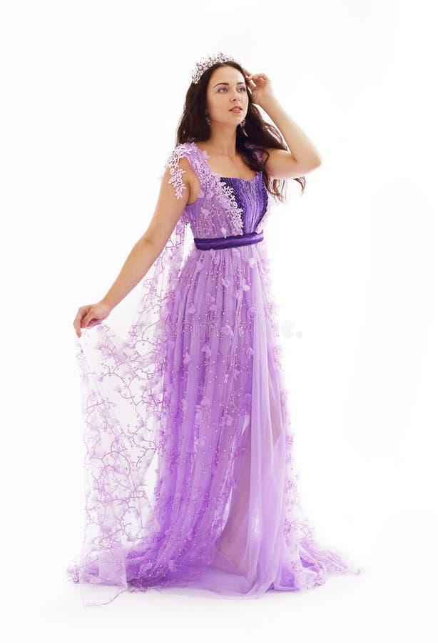 Frau im violetten Kleid lizenzfreie stockbilder