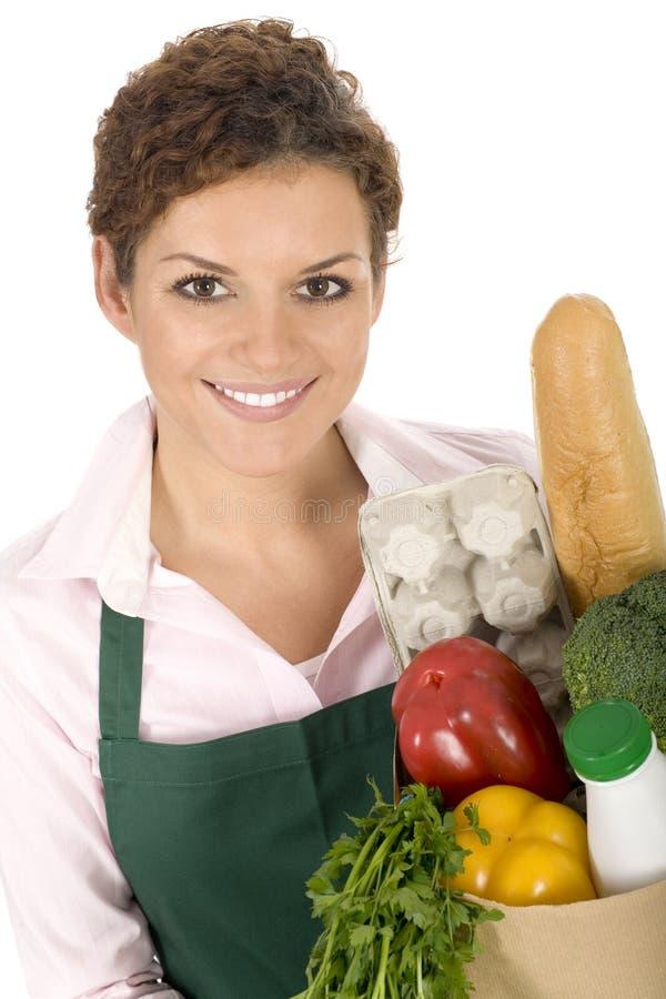 Frau im Vorfeldholding-Lebensmittelgeschäftbeutel lizenzfreie stockbilder