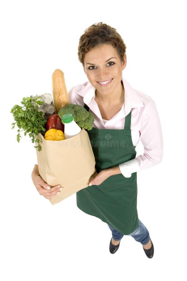 Frau im Vorfeldholding-Lebensmittelgeschäftbeutel stockfoto