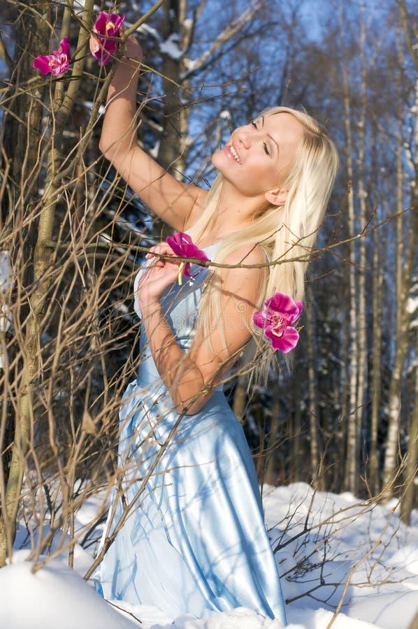 Frau im Wald mit Orchidee stockfoto