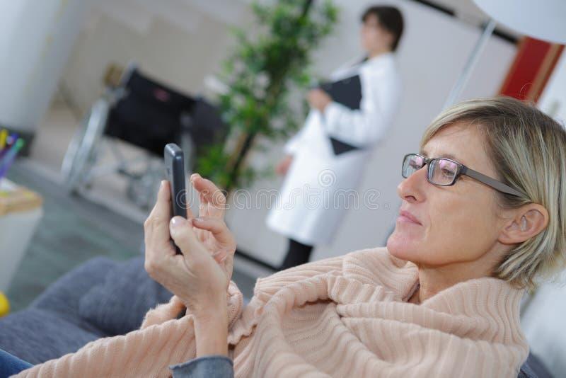 Frau im Warteraum lizenzfreie stockfotografie