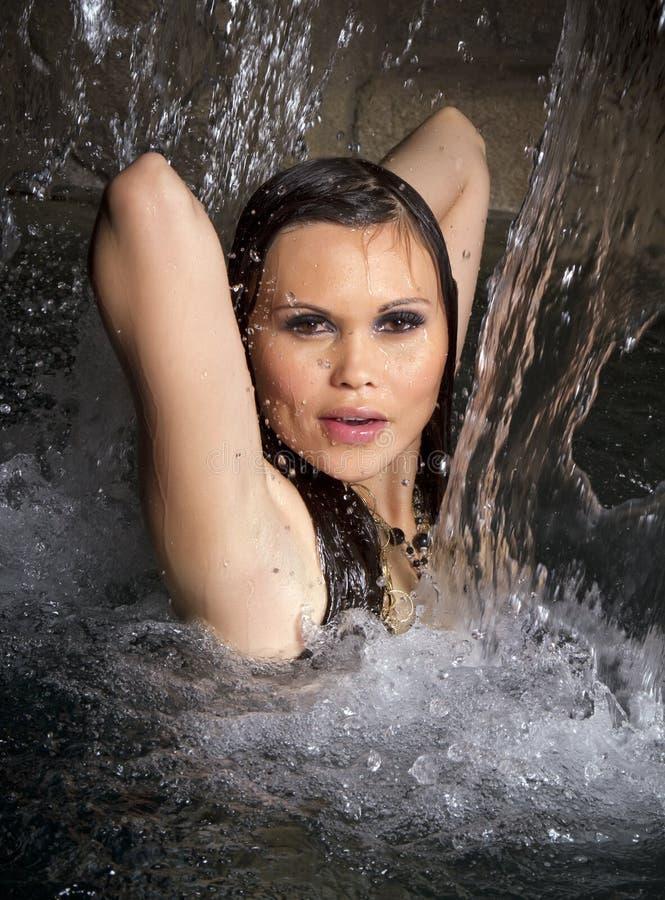 Frau im Wasserfall stockbilder