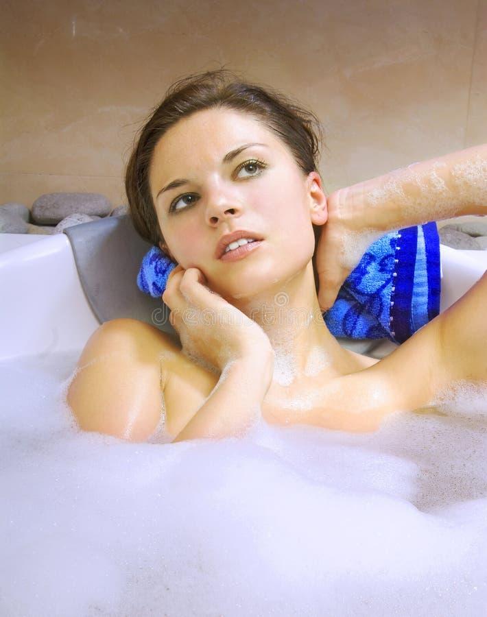 Frau im weißen Bad lizenzfreies stockfoto