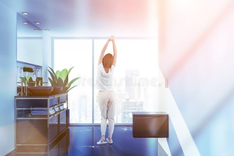 Frau im weißen Badezimmer, in den Wannen und in der Toilette stock abbildung