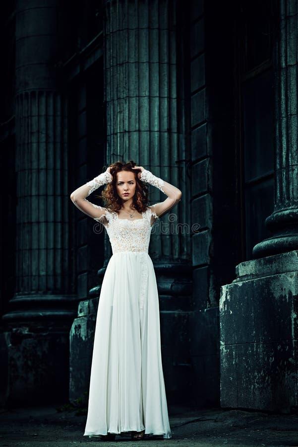Frau im weißen Kleid lizenzfreie stockbilder