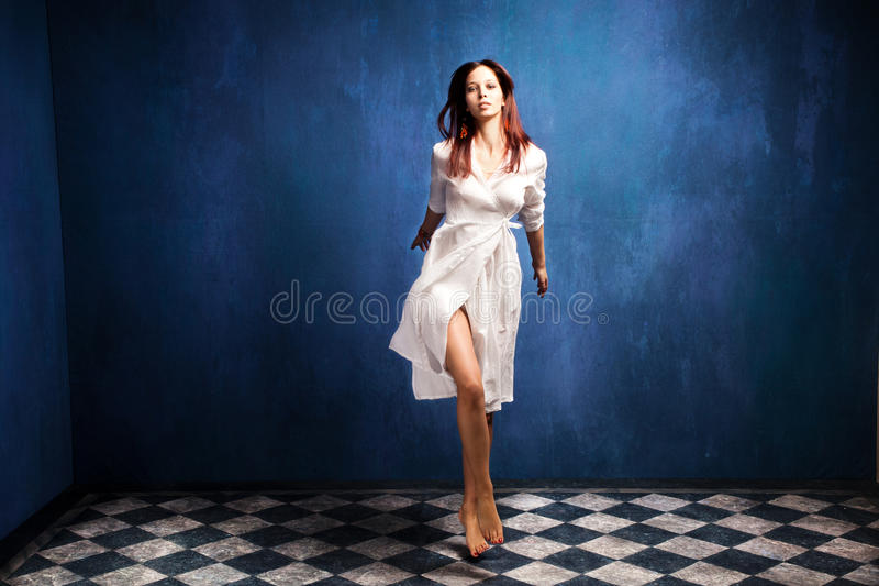 Frau im weißen Kleid stockbilder