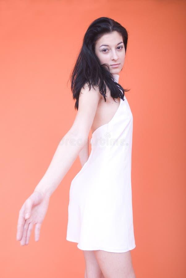 Frau im weißen Kleid stockbild