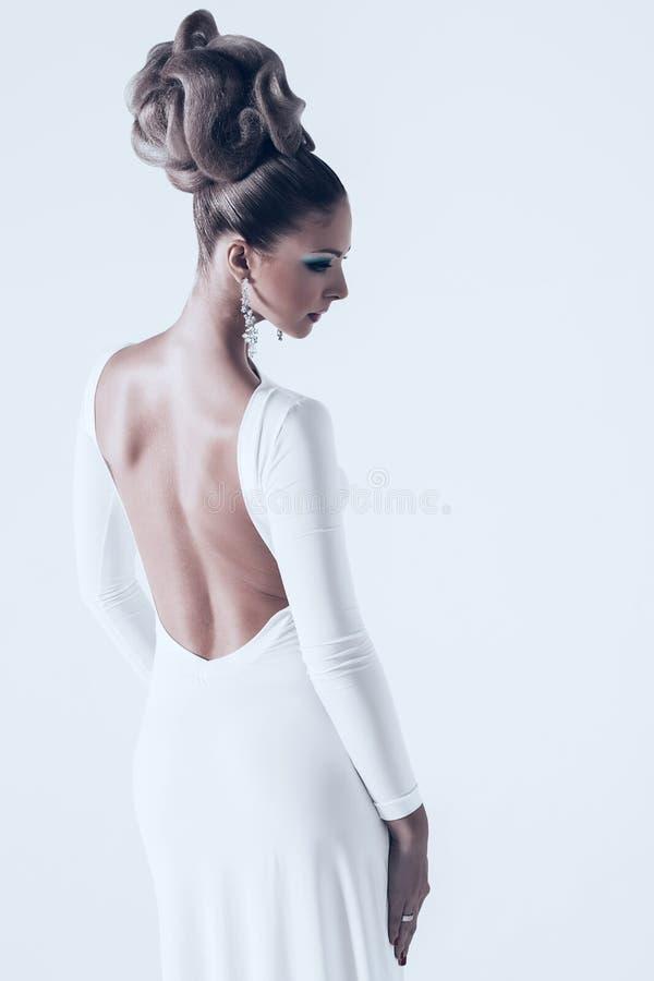 Frau im weißen Kleid mit zurück geöffnet stockfotos