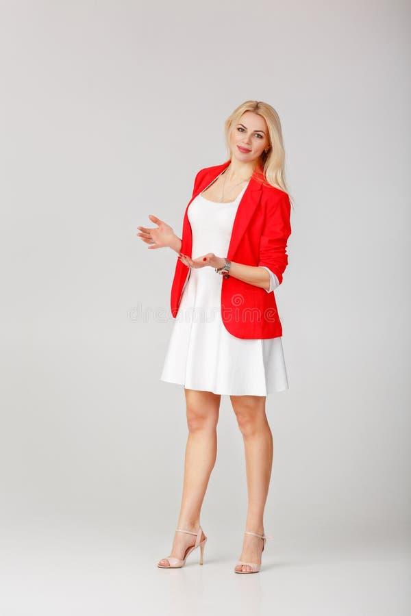 Frau im weißen Kleid und in der roten Jacke lizenzfreies stockbild