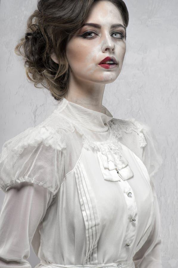 Frau im weißen langen Retro- Kleid lizenzfreie stockfotos