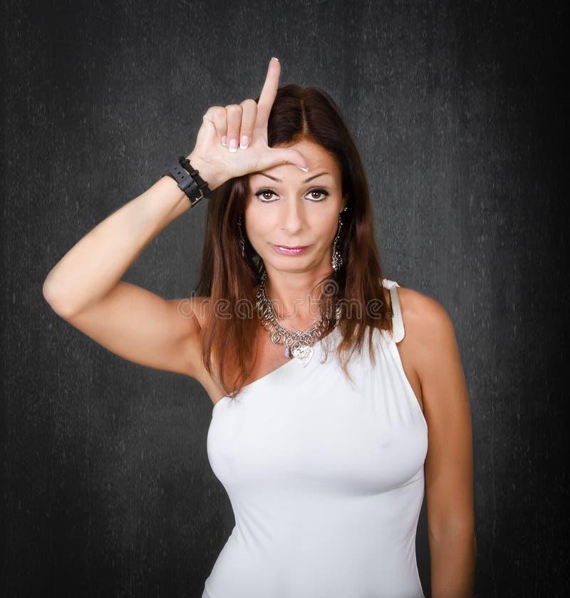 Frau im weißen Verliererzeichen lizenzfreies stockbild