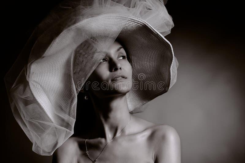 Frau im Weinlesehut lizenzfreie stockbilder