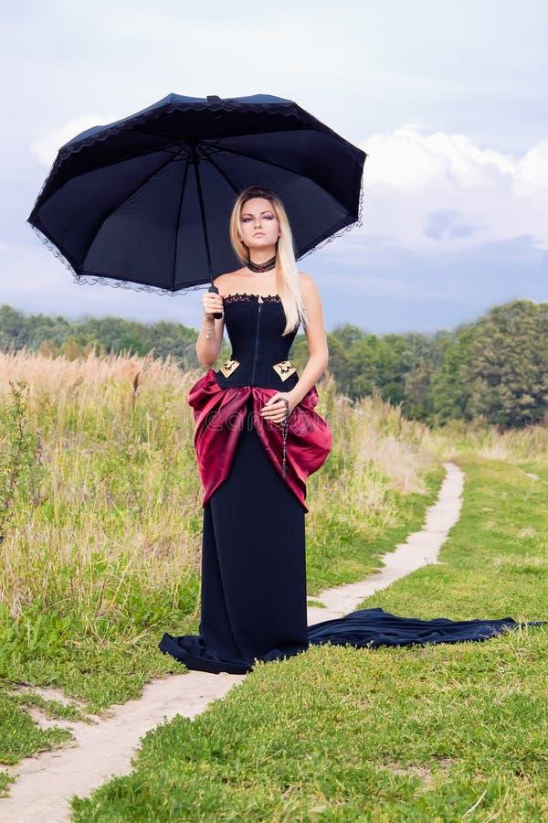 Frau im Weinlesekleid stockfotografie