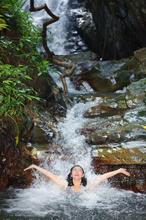 Frau Im Wilden Wasserfall Stockfoto