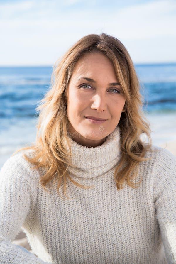 Frau im Winter auf dem Strand lizenzfreie stockbilder