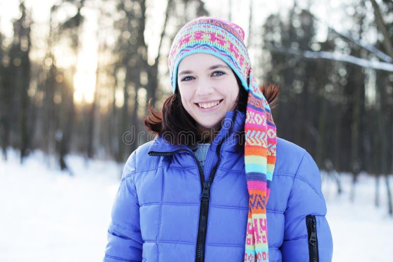 Frau im Winterpark lizenzfreie stockfotografie