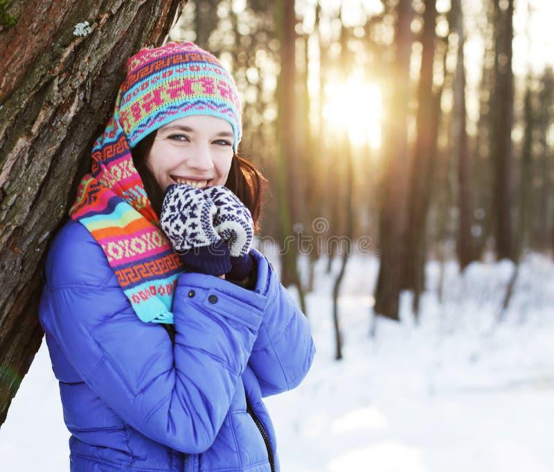Frau im Winterpark lizenzfreie stockfotos