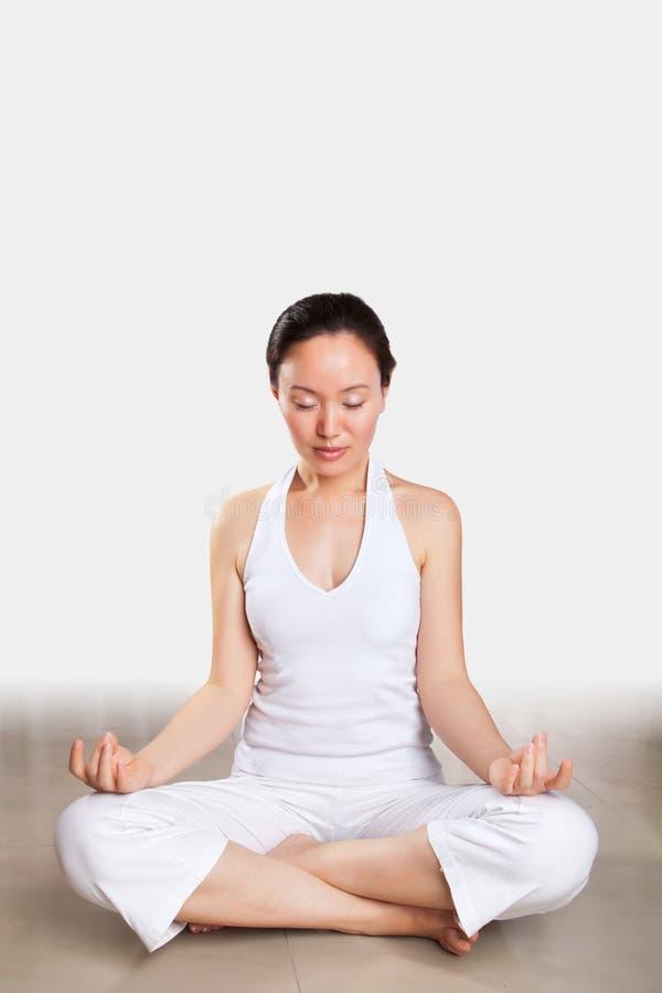 Frau im Yoga lizenzfreies stockbild