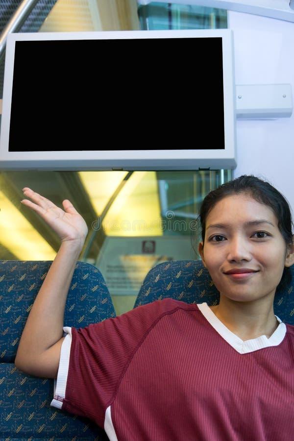 Frau im Zug zeigt sich auf der Anzeige lizenzfreies stockbild