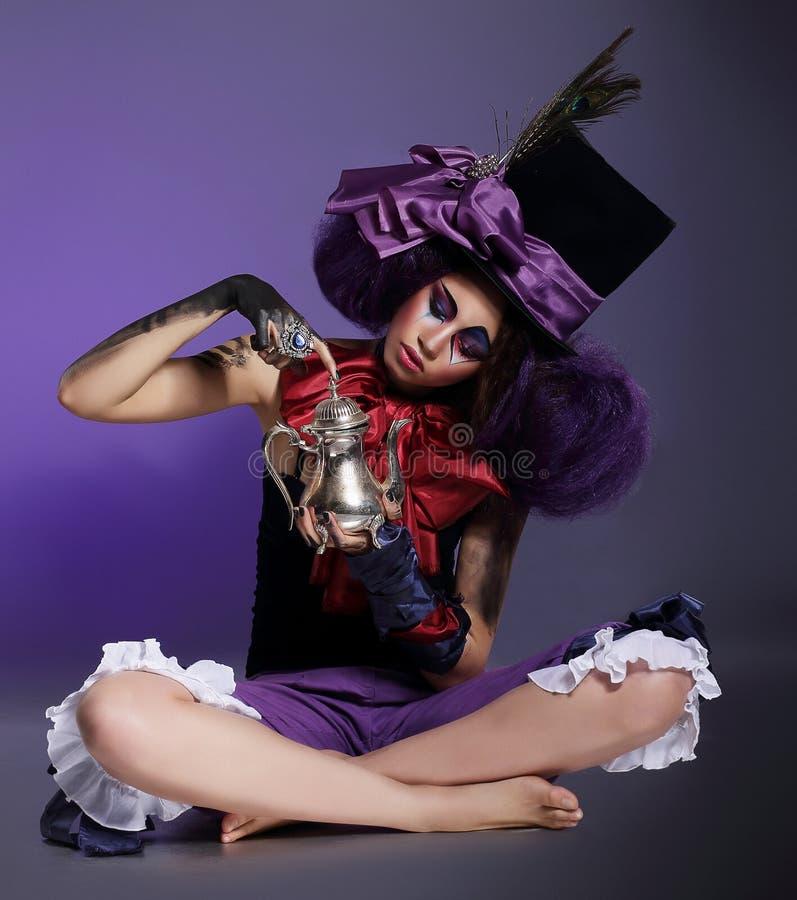 Frau im Zylinder-Hut mit Bogen-Knoten und Federn lizenzfreies stockbild