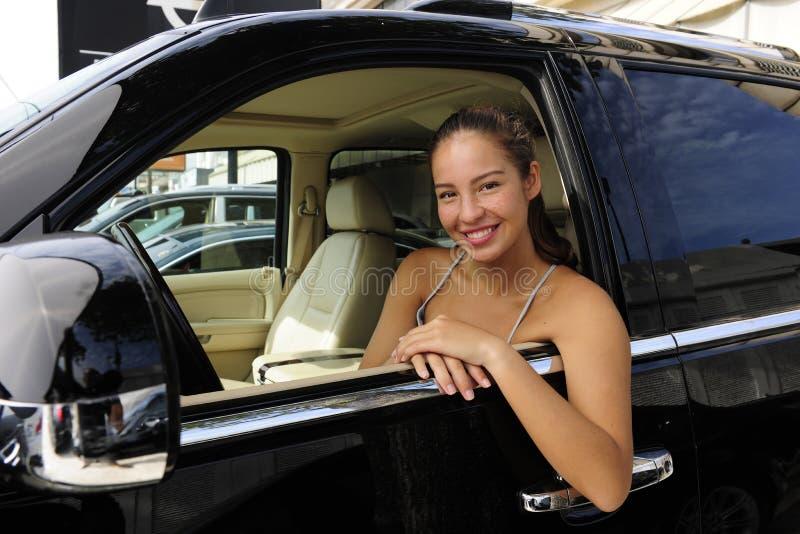 Frau innerhalb ihres nicht für den Straßenverkehr Fahrzeugs stockfotos