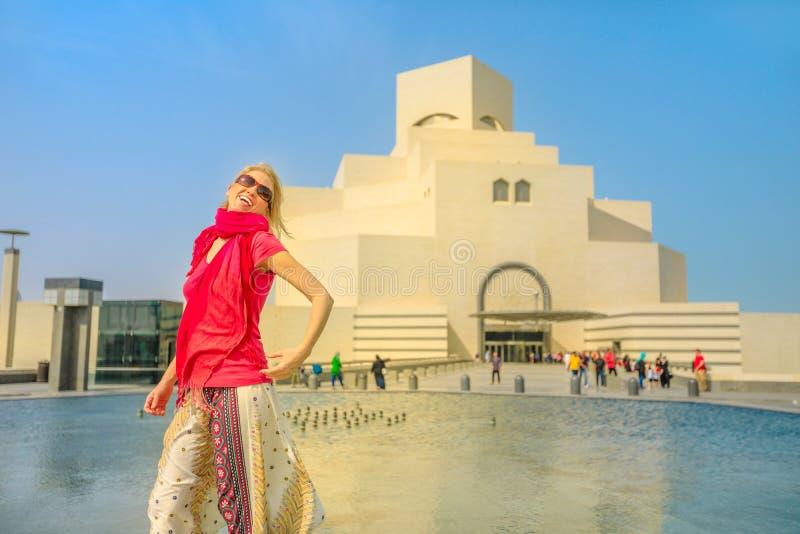 Frau am islamischen Museum lizenzfreie stockfotos