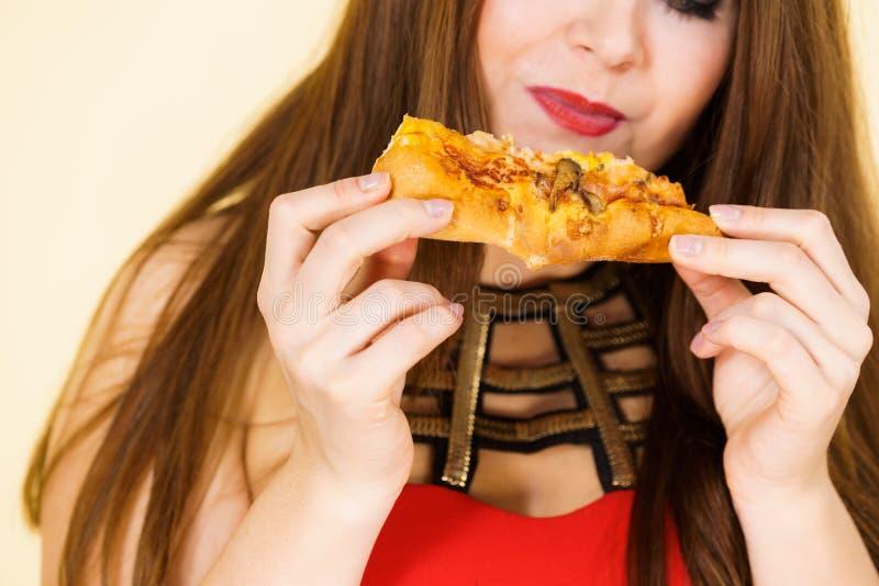 Frau isst heiße Pizzascreme lizenzfreies stockfoto