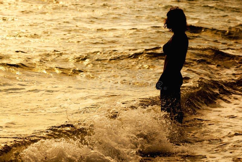 Frau ist das Meer stehendes nahes stockbild