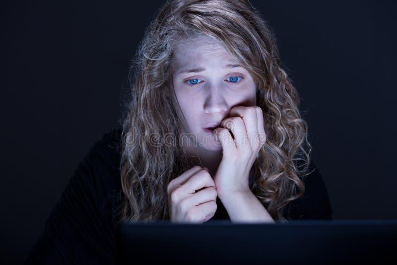 Frau ist in der Gefahr stockfoto