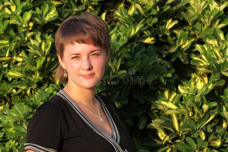 Frau ist die im Freienaufstellung lizenzfreie stockfotografie