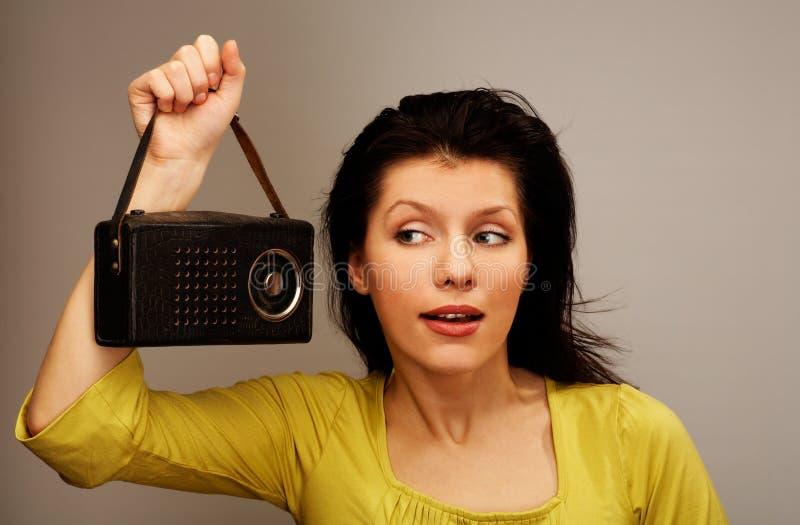 Frau ist hörender Funk lizenzfreies stockbild