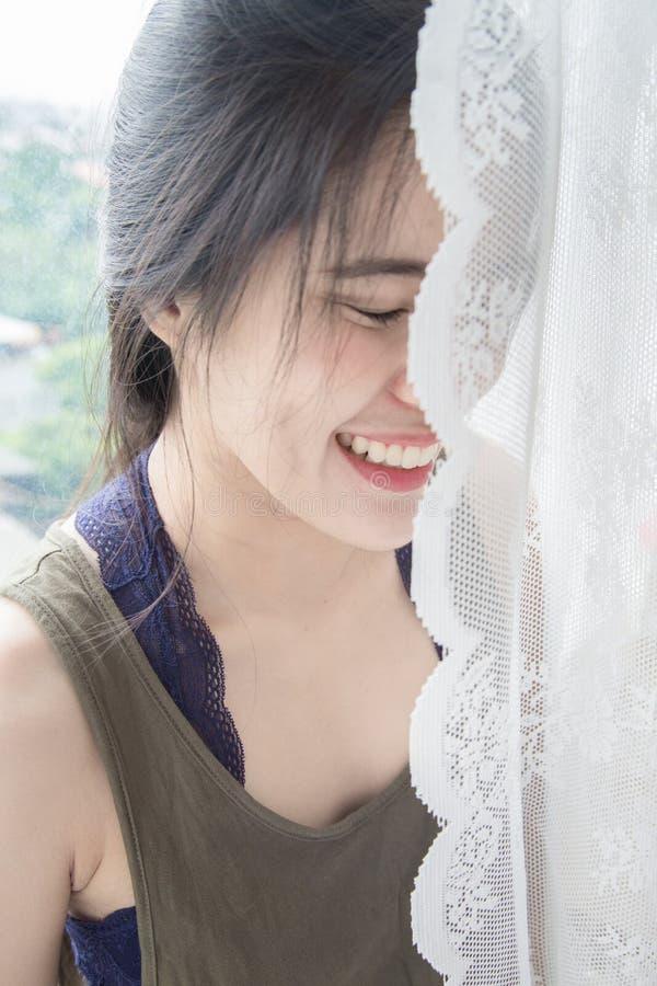 Frau ist hinter dem Vorhang stockfoto