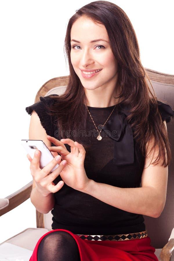 Frau ist Versenden von SMS-Nachrichten unter Verwendung des Smartphone lizenzfreie stockfotografie