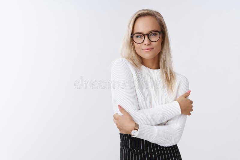 Frau kann das Kleid-oben, das im Winter elegant und warm ist, der im Büro über weißem Hintergrund in der modischen Strickjacke un stockfotos