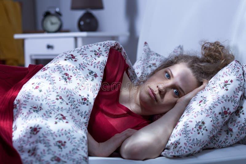 Frau kann nicht nachts schlafen stockbild