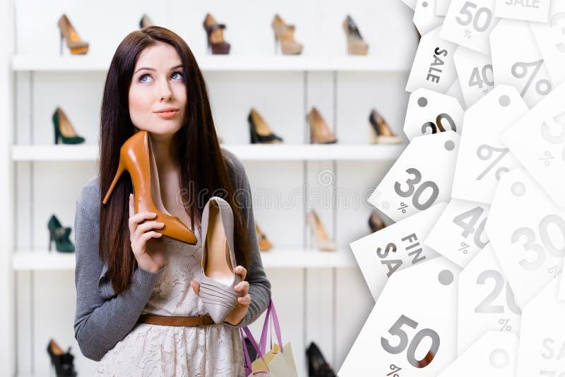 Frau kann stilvolle Pumpen nicht wählen Große Verkaufsjahreszeit lizenzfreie stockbilder