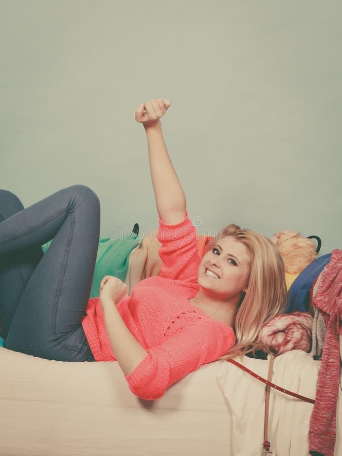 Frau kennt nicht was, das L?gen auf Couch zu tragen lizenzfreies stockfoto