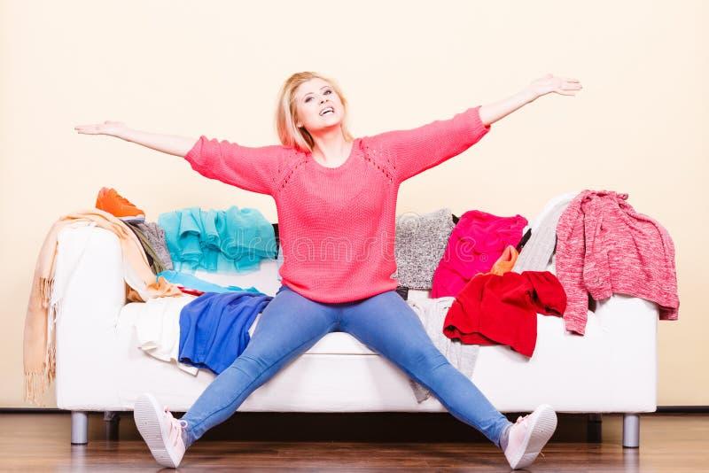 Frau kennt nicht was, das Sitzen auf Couch zu tragen stockbilder