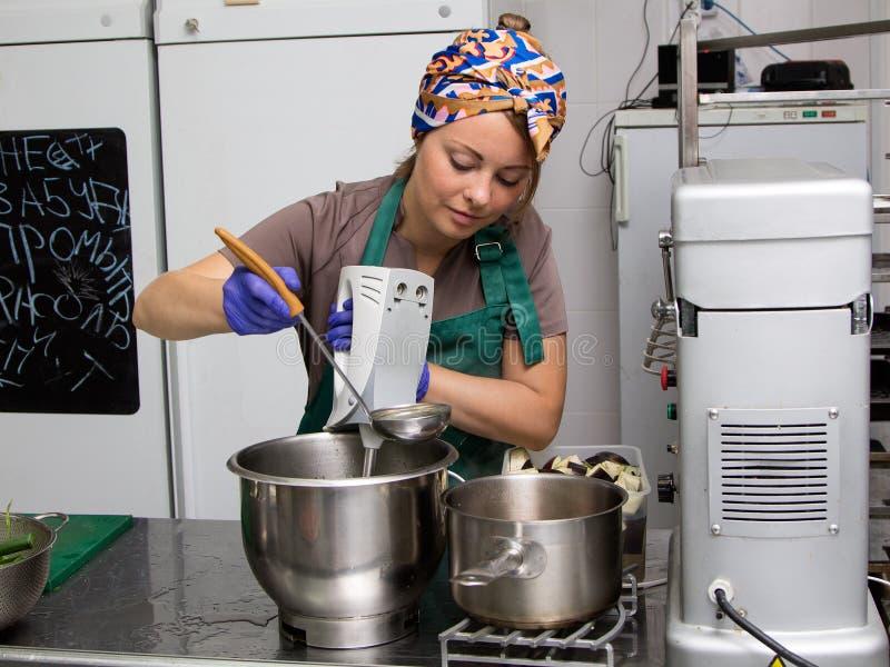 Frau kitchener mischendes Lebensmittel in der Wanne stockbilder