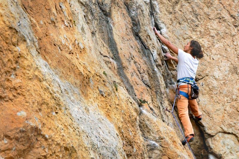 Frau klettert Berg stockbilder