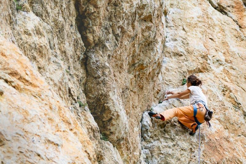 Frau klettert Berg stockbild