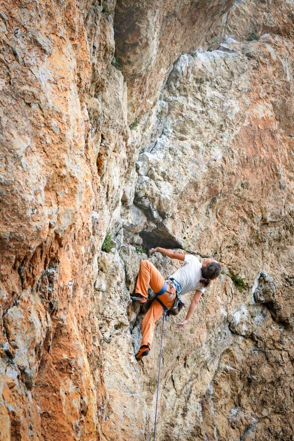 Frau klettert Berg lizenzfreies stockfoto