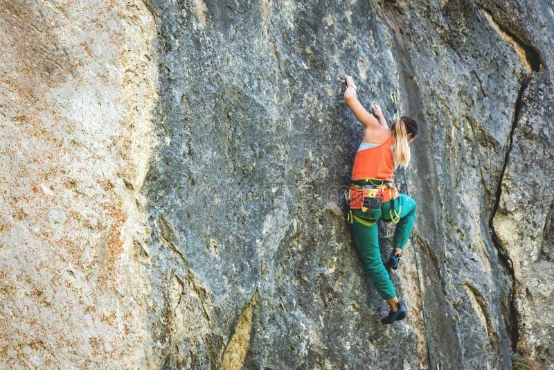 Frau klettert Felsen lizenzfreie stockfotografie