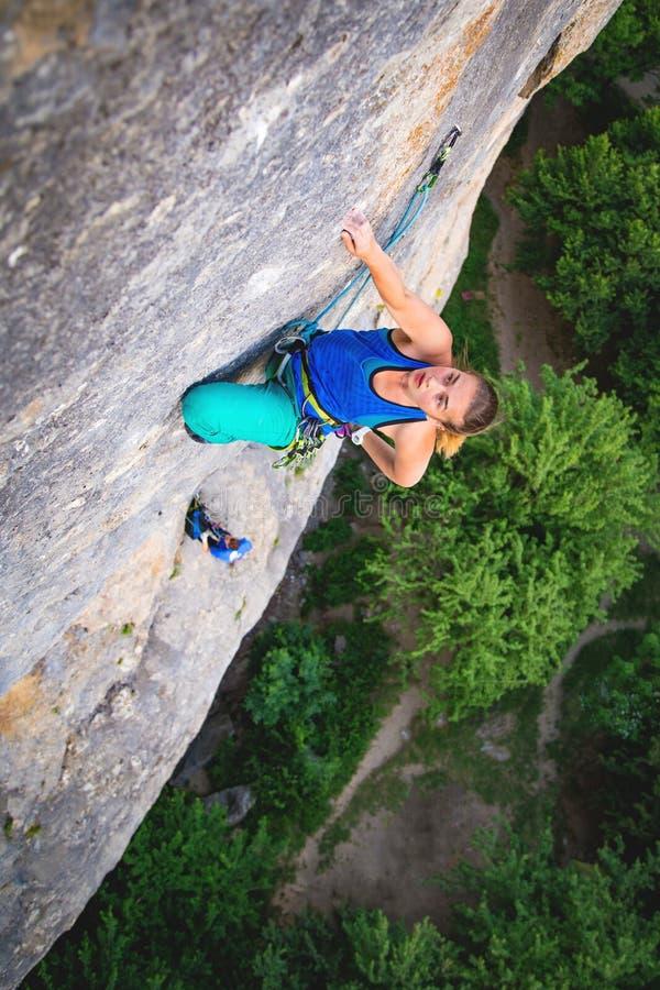 Frau klettert Felsen stockfoto