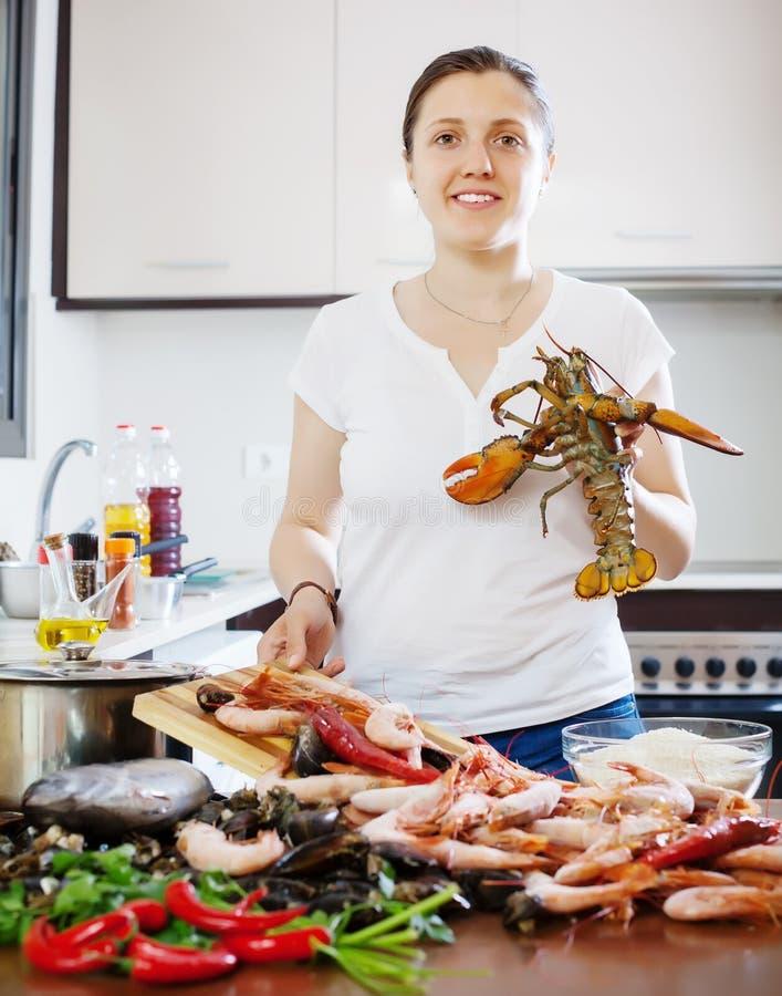 Frau kocht Meeresfrüchte lizenzfreie stockfotografie